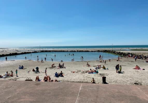 Bassin pour les enfants sur la plage