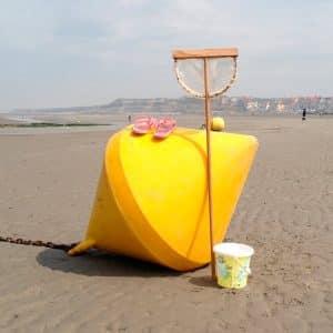 Bouée posée sur la plage