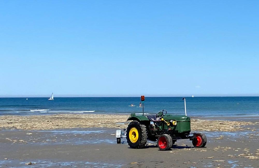 Tracteur sur une plage de la Côte d'Opale